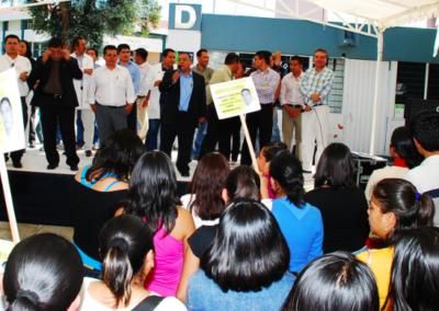 Los estudiantes atentos a los mensajes de los maestros de Ciencias Químicas apoyando a Aristeo Segura. Octubre 20, 2009.