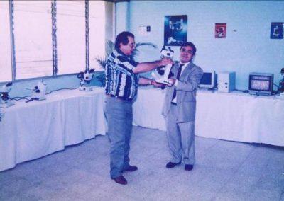 Entrega de un microscopio para la facultad de Ciencias Químicas por el Ing. Ismael Cuellar de IROSA de México