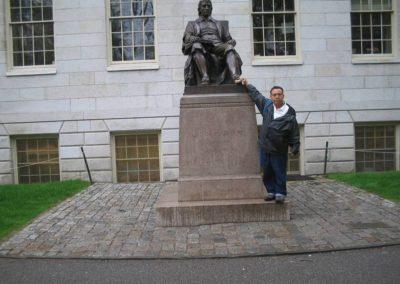 Aristeo Segura en la estatua de John Harvard,Harvard University, Cambridge, MA,USA,2006.